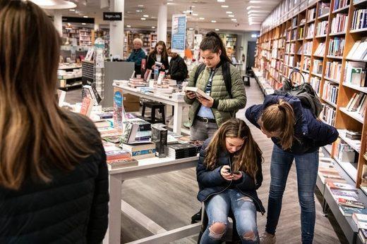 Jongeren lezen boek