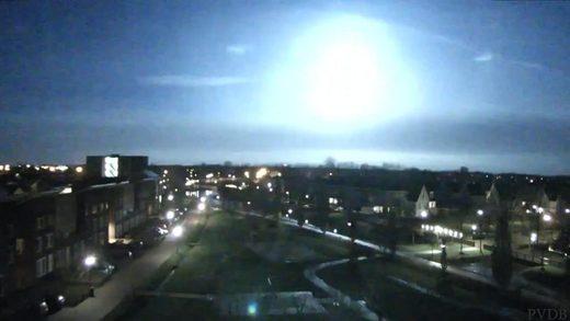 Enorme vuurbal: meteoor boven Nederland aantal keer gefilmd